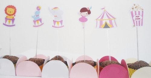 docinhos decorados com toppers de circo rosa
