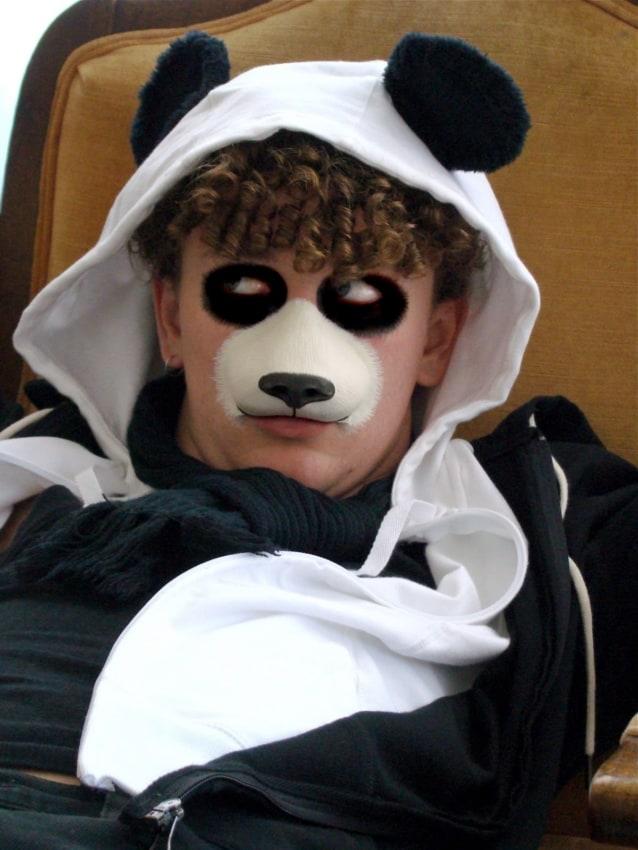 fantasia masculina com maquiagem de panda