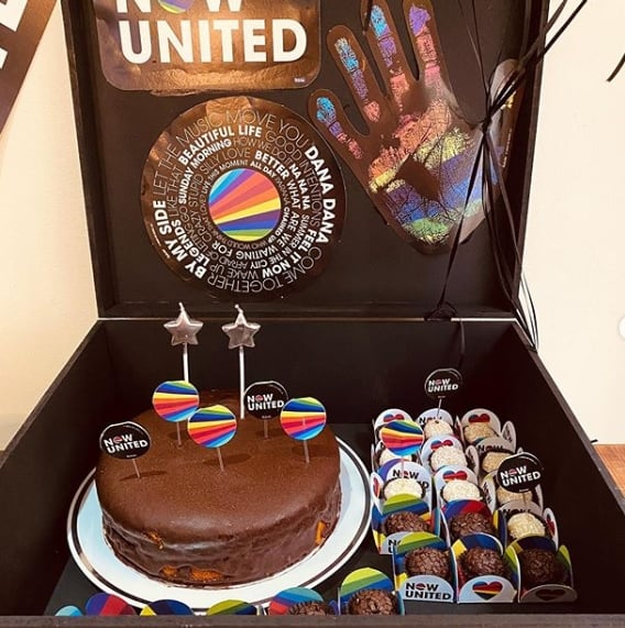 festa na caixa decorada com tema Now United