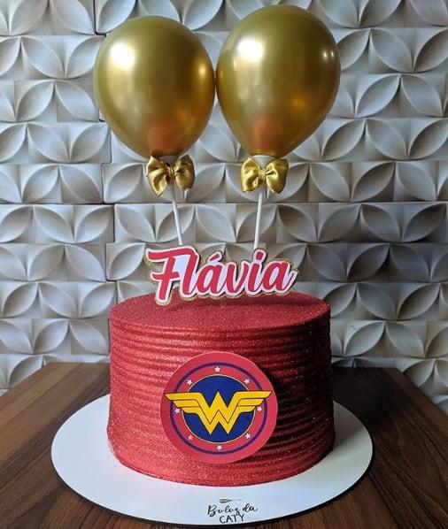 bolo da mulher maravilha com glitter vermelho