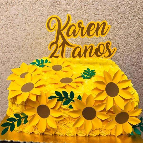 bolo quadrado amarelo decorado com toppers de girassol