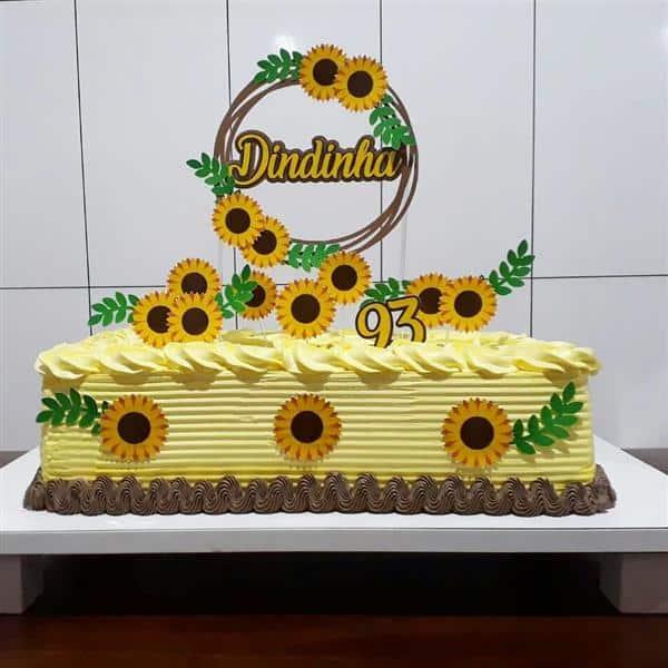 bolo quadrado amarelo com toppers de girassol