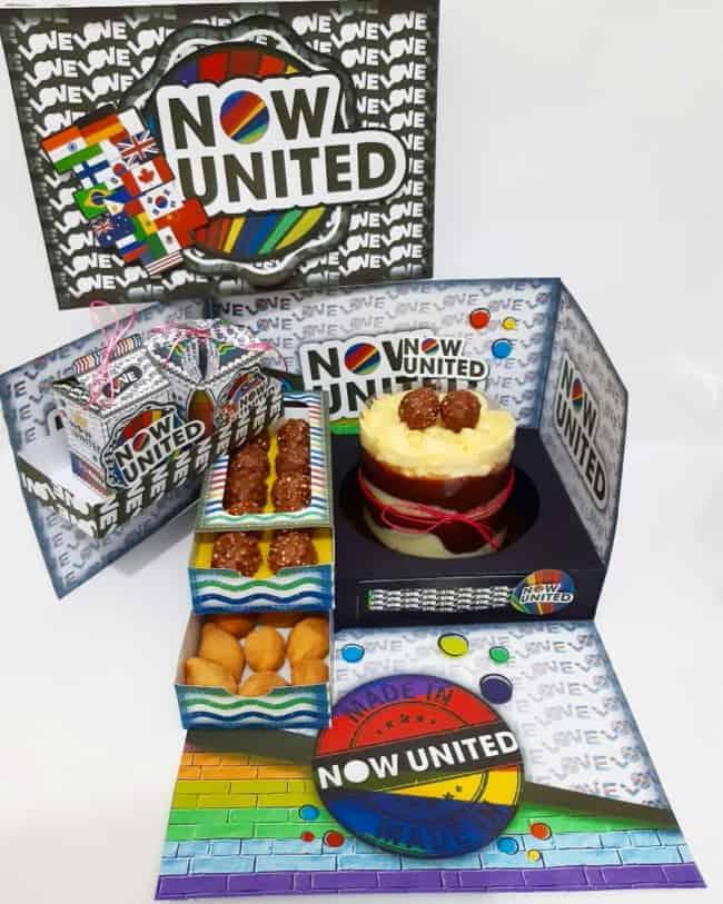 caixa com tema Now United e bolo