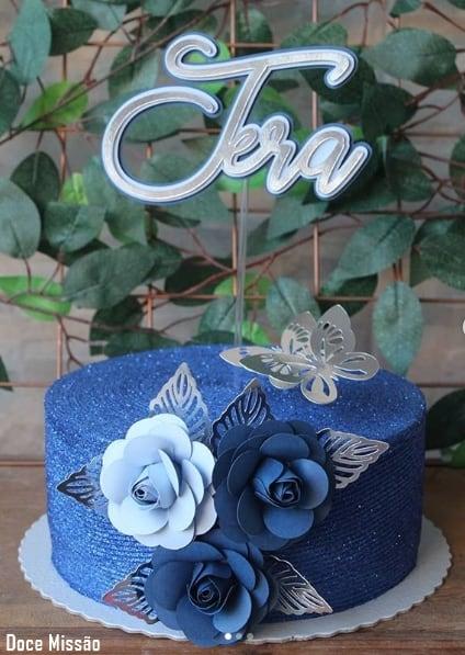 bolo glow cake azul com flores de papel