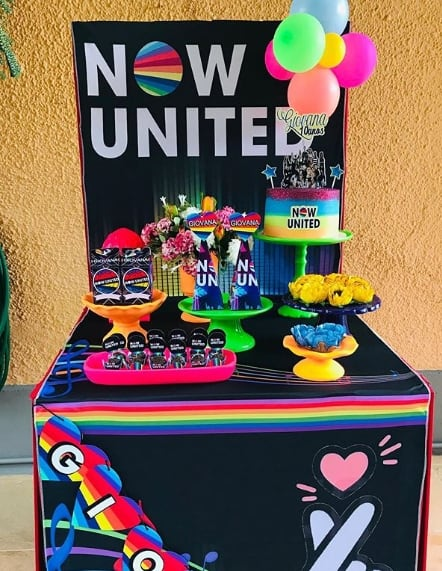 festa caixa box neon com tema Now United