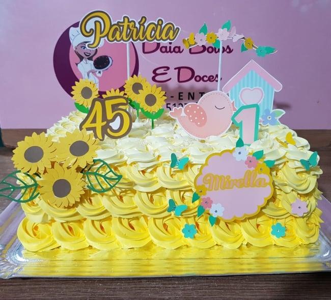 bolo quadrado retangular em amarelo degrade com decoracao de girassois