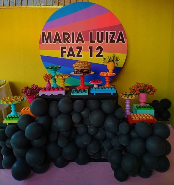 decoracao de festa Now United neon e com baloes pretos