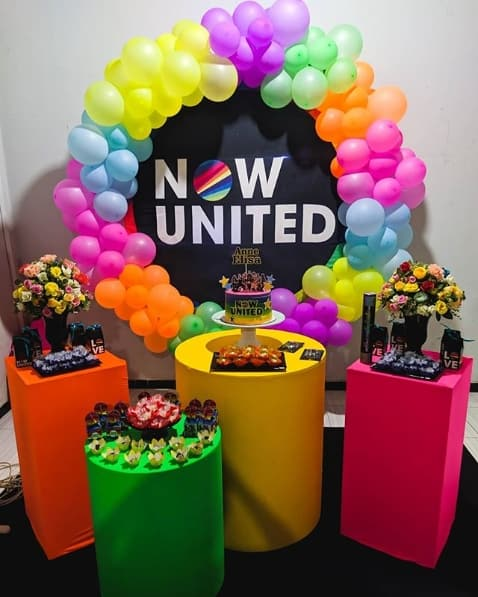 festa Now United decorada com bexigas neon