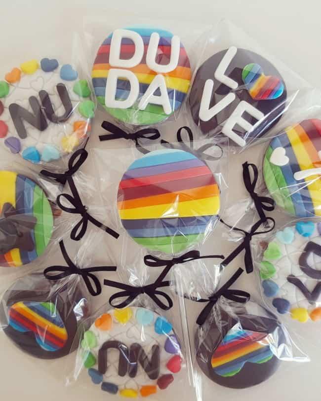 pirulito de chocolate decorado para festa Now United