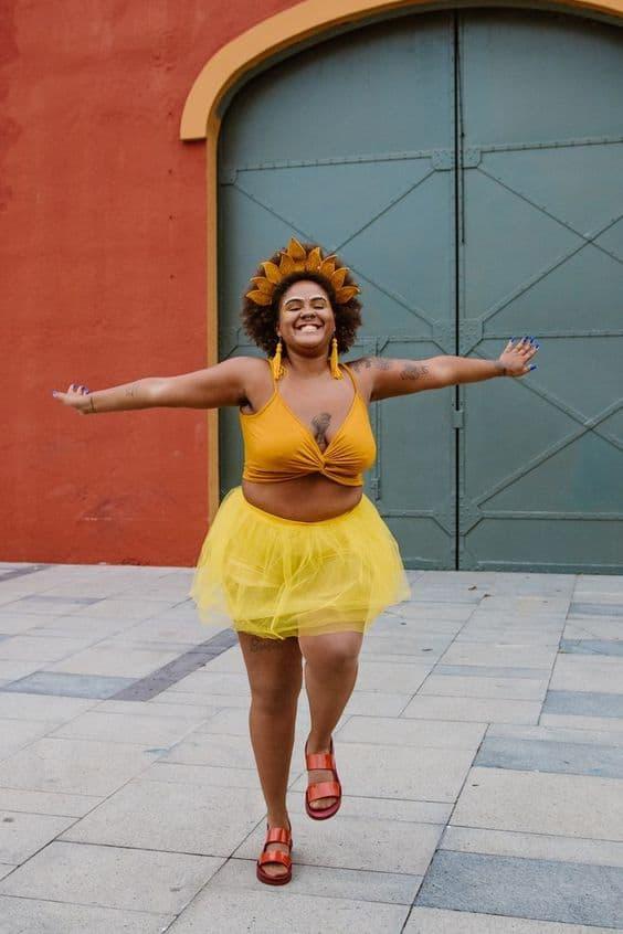 fantasia feminina de sol com saia de tule amarelo