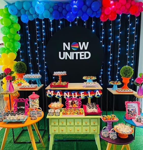 festa now united com decoracao neon