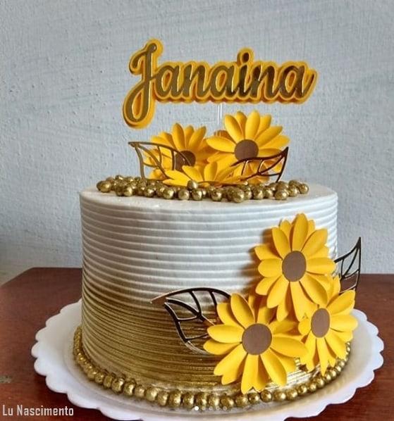 bolo redondo de girassol decorado em branco e dourado