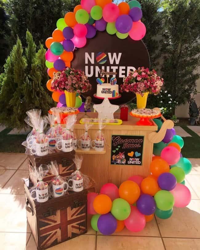 decoracao com baloes neon em festa simples Now United