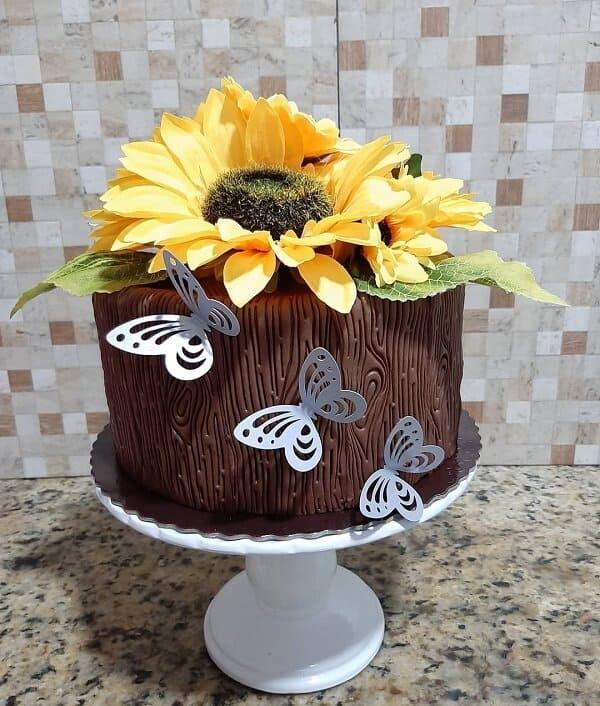 bolo de pasta americana com girassol artificial no topo