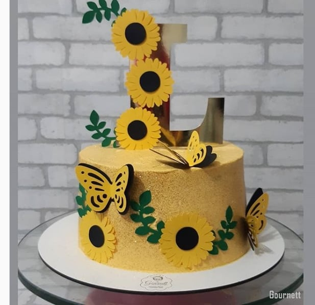 bolo amarelo decorado com girassois de papel