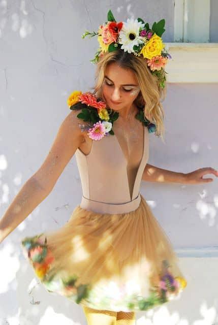 fantasia de carnaval com flores e saia