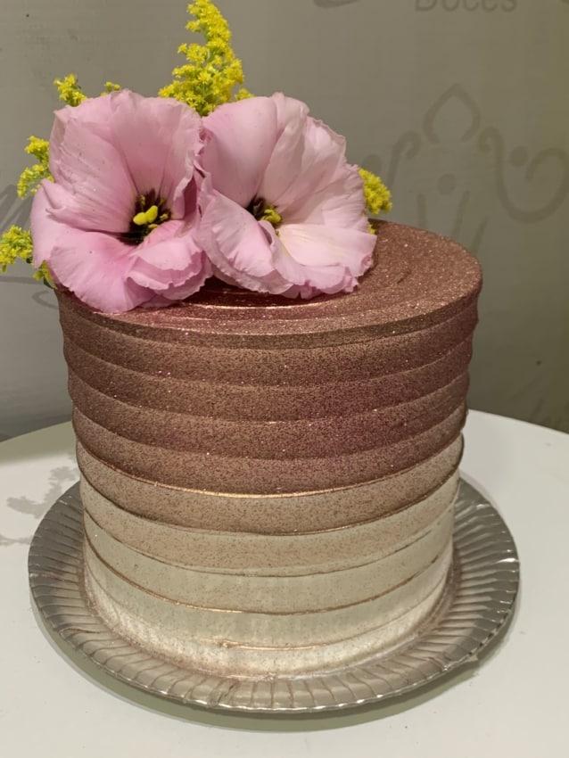 bolo com glitter rose gold e flores naturais no topo