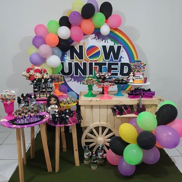 festa Now United com bexigas neon