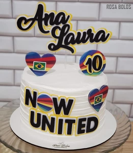 bolo de chantilly branco decorado com toppers Now United