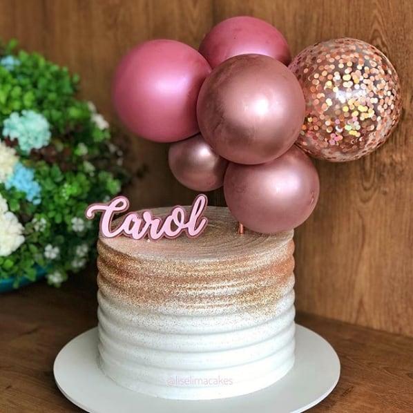 bolo com glitter rose gold e baloes no topo