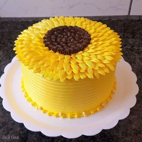 bolo de 1 andar decorando em amarelo com tema girassol