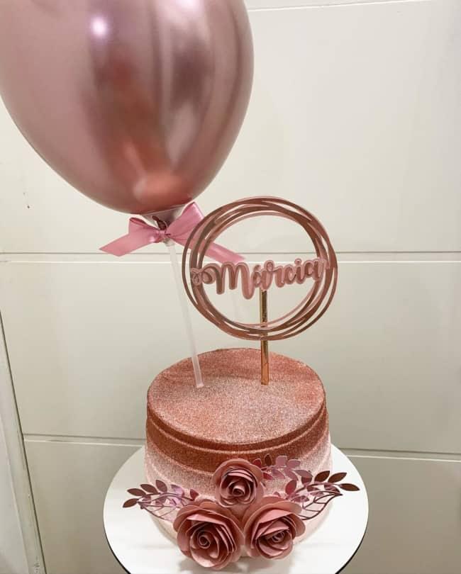 glow cake degrade em tom de rose gold e com flores de papel