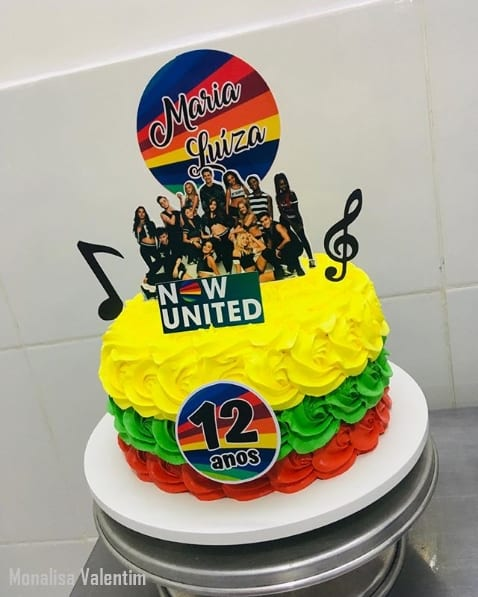bolo colorido de chantilly para festa Now United