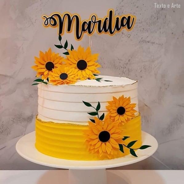 bolo amarelo e branco decorado com toppers de girassol