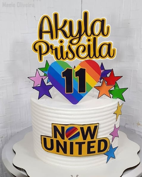 bolo branco decorado com toppers Now United