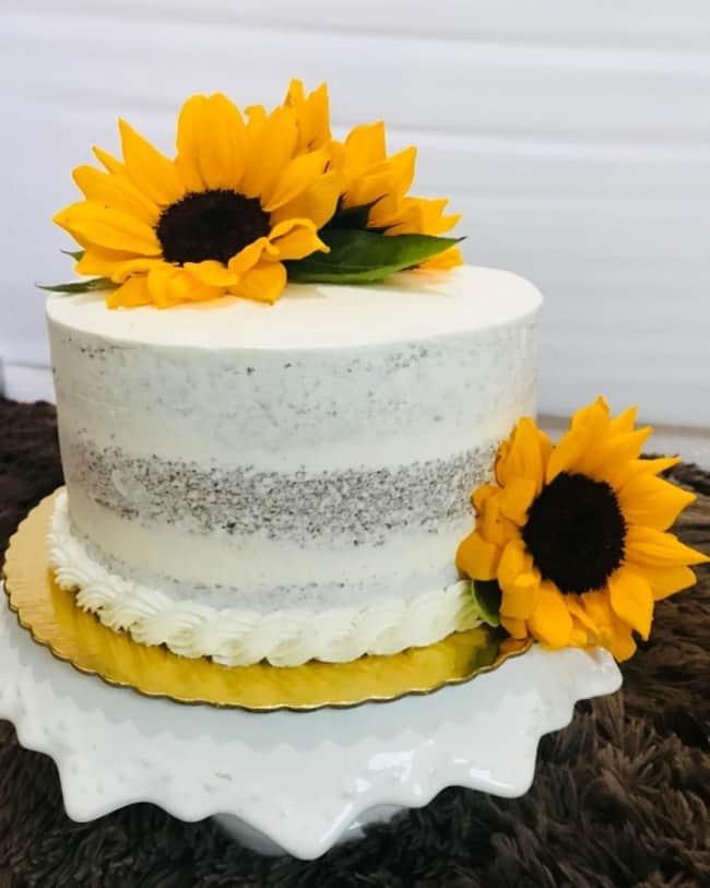 bolo de chantilly espatulado com girassol decorando o topo