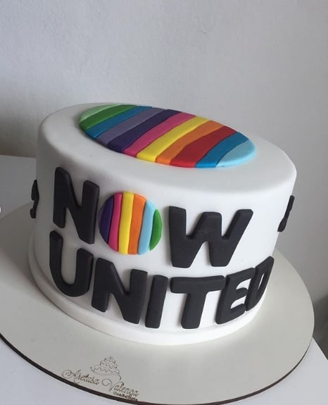 bolo de pasta americana decorado com tema Now United