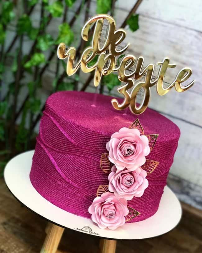 bolo de glitter pink decorado com flores de papel