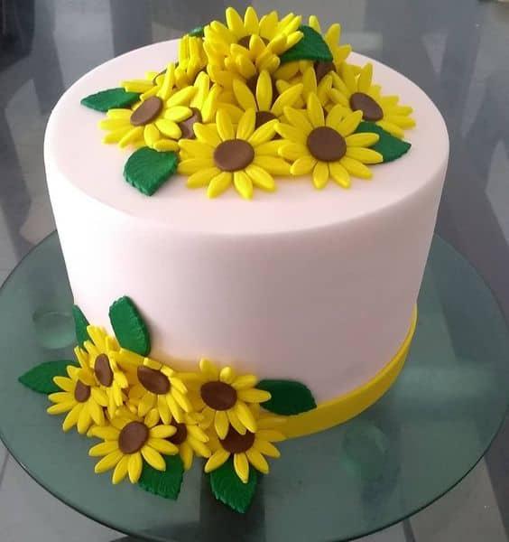 bolo em pasta americana decorado com girassois