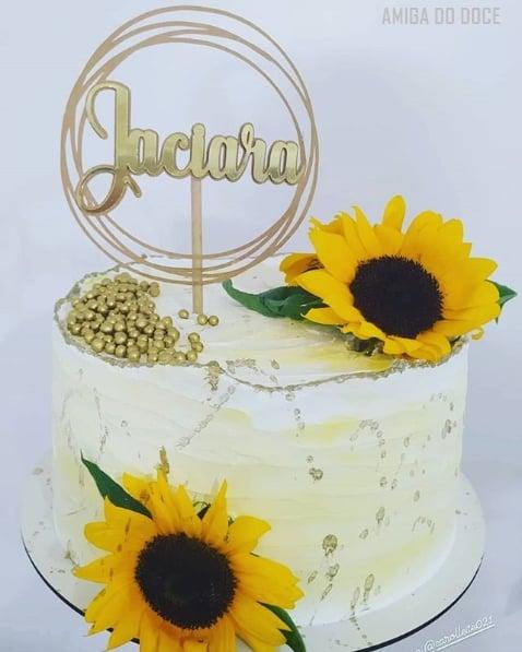 bolo simples decorado com girassois