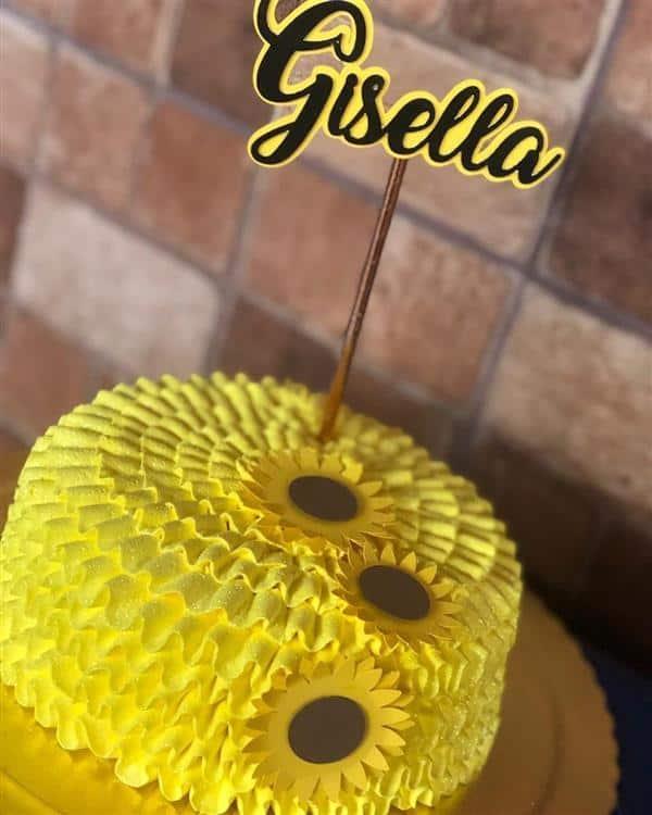 bolo amarelo simples com girassois de papel