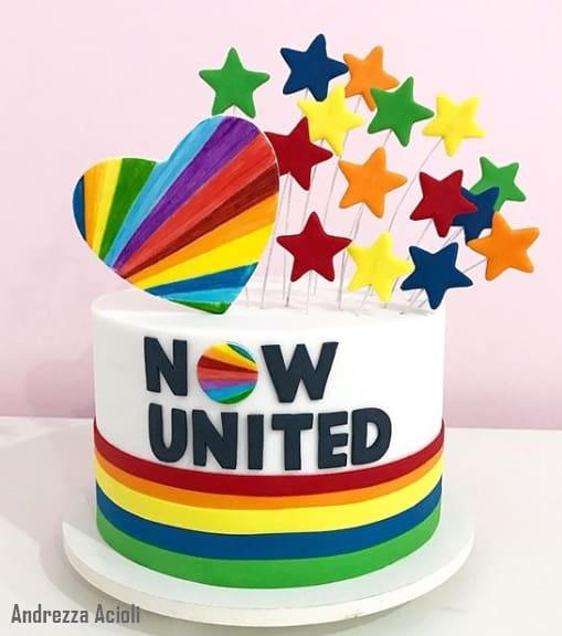bolo de pasta americana colorido com tema Now United