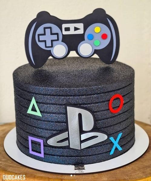 bolo com tema de games e glitter preto