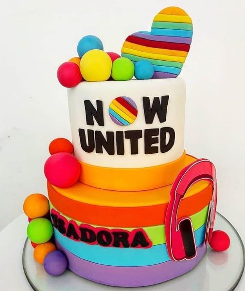 bolo de pasta americana de 2 andares com tema Now United