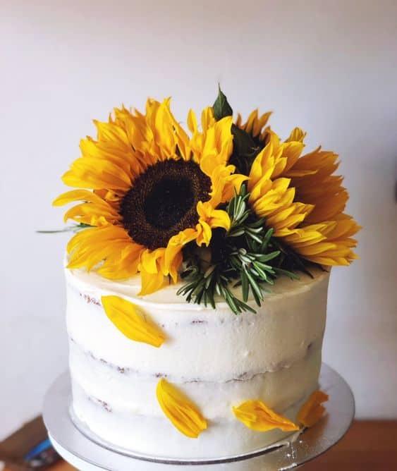 bolo simples decorado com girassol natural