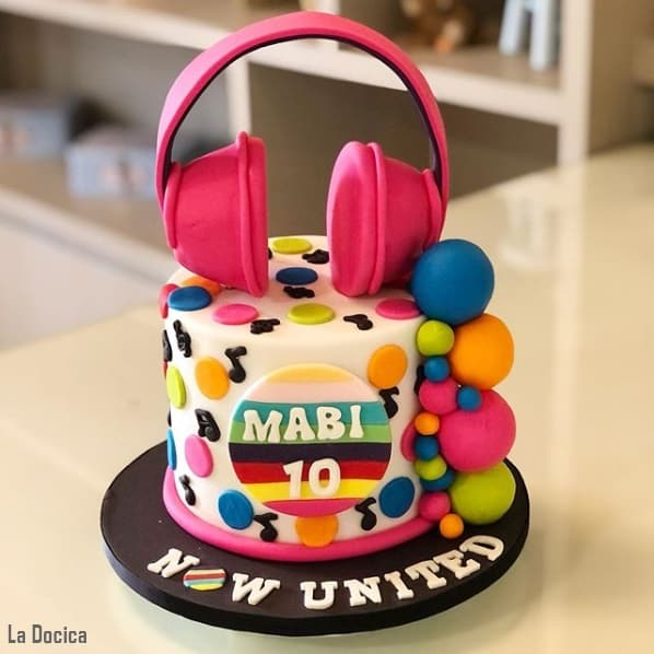 bolo pequeno de pasta americana com tematica Now United