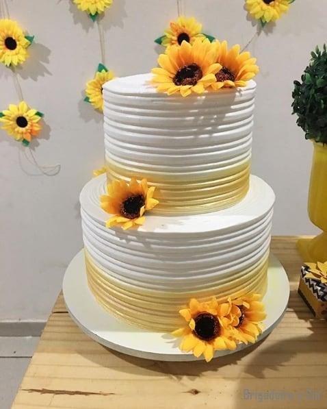 bolo de 2 andares decorado com flores artificiais de girassol