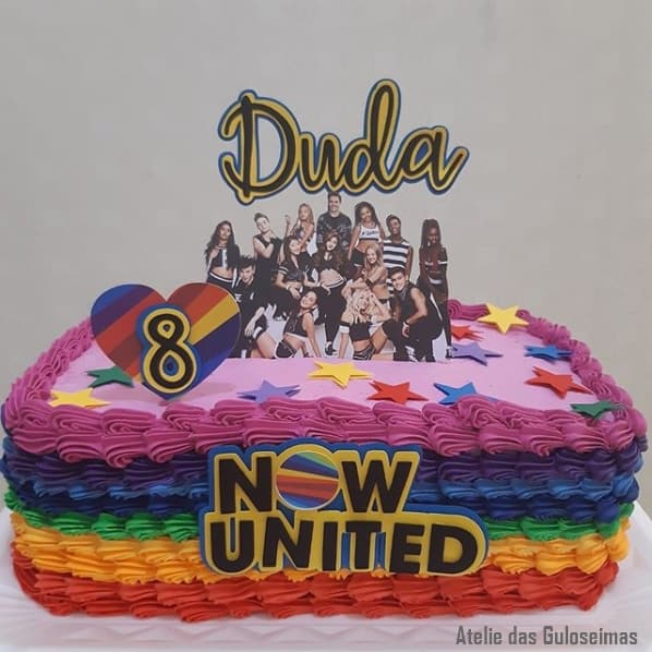bolo quadrado decorado com chantilly colorido para festa Now United