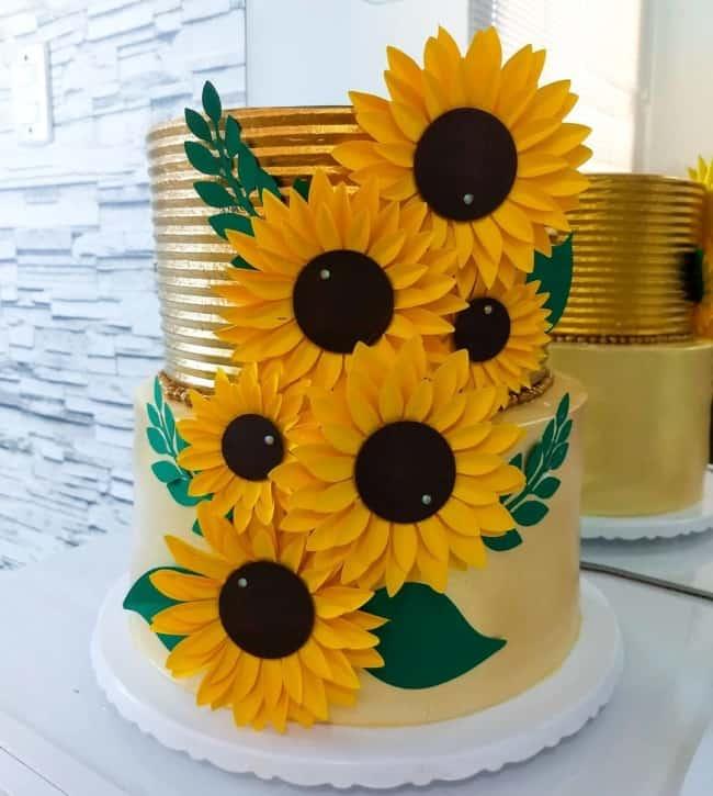 bolo girassol 2 andares em amarelo e dourado