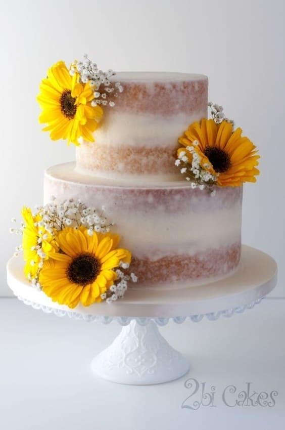 bolo de 2 andares espatulado com decoracao de flores naturais