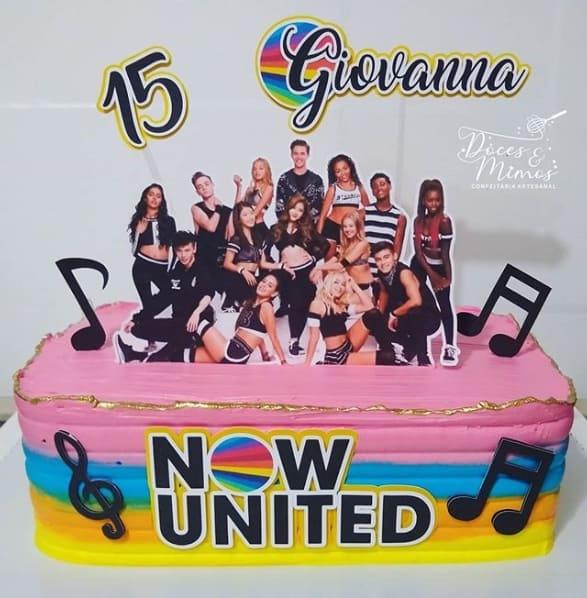 bolo simples e quadrado para festa Now United