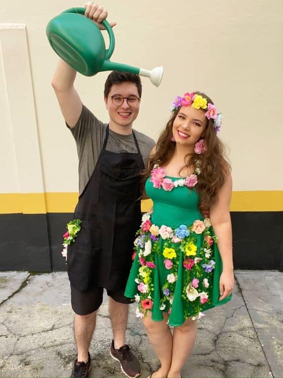 fantasia de casal com flores artificiais e jardineiro