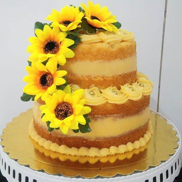 naked cake de 2 andares decorado com girassois