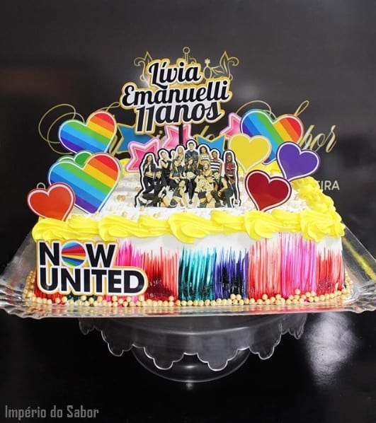 bolo de chantilly quadrado com toppers para festa Now United