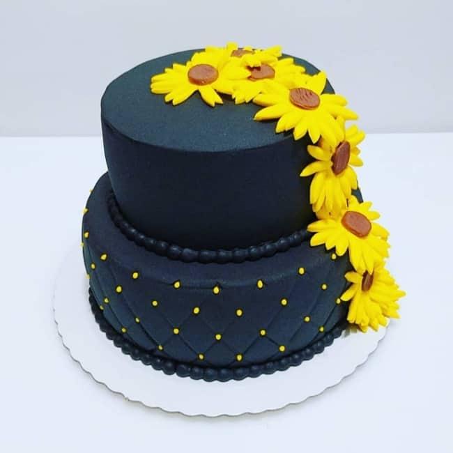 bolo de pasta americana azul marinho com girassois