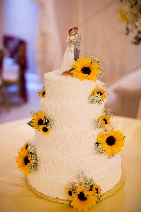 bolo de casamento decorado com girassois